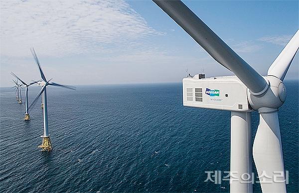제주시 한경면 두모리 앞바다에 건설된 국내 최대 규모의 탐라해상풍력발전단지.
