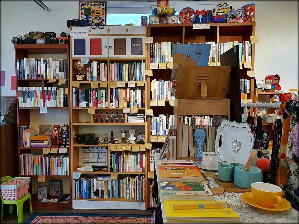 작가 김미화 씨는 진열된 책에 일일이 책 내용을 적은 포스트잇을 붙여 놓았다. 손님을 위한 배려다. 사진=고봉선. ⓒ제주의소리